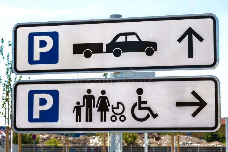 Sinais para a área de estacionamento foto de stock royalty free
