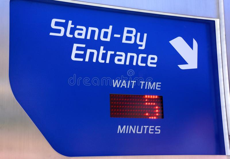 Sinal à espera do tempo de espera do passeio de Disneylândia fotos de stock