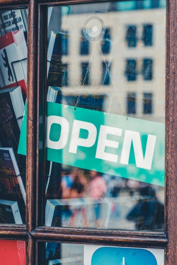 Sinal aberto na entrada da loja - aberta assine na janela da loja imagens de stock