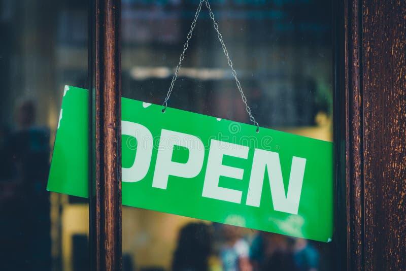 Sinal aberto na janela da loja - aberta assine na entrada da loja imagens de stock royalty free
