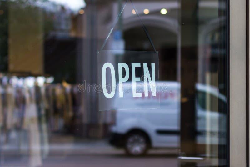 Sinal aberto que pendura - janela/porta da loja fotos de stock