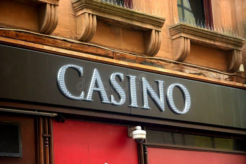 Sinal acima de um estabelecimento de jogo do casino imagens de stock