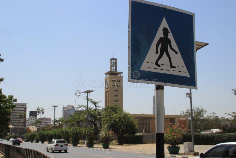 Sinal africano incomum da faixa de travessia na rua de Nairobi imagem de stock