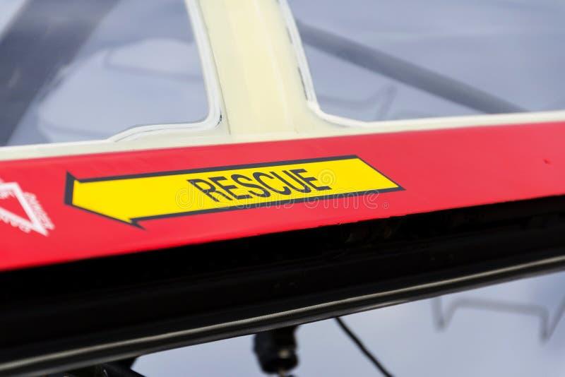 Sinal amarelo da seta do salvamento da emergência no avião militar vermelho foto de stock