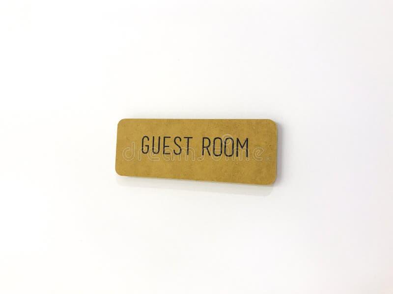 Sinal amarelo na porta branca Quarto de convidado foto de stock royalty free