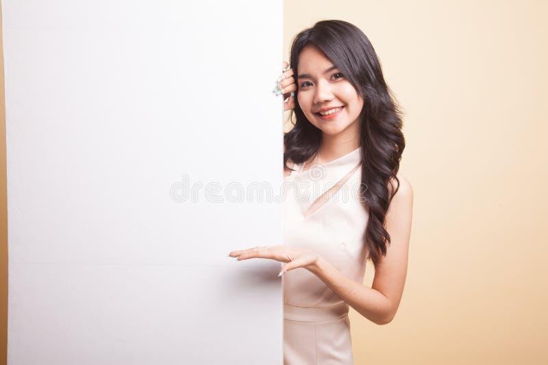 Sinal asiático novo da placa do presente da mulher com mão da palma imagens de stock royalty free