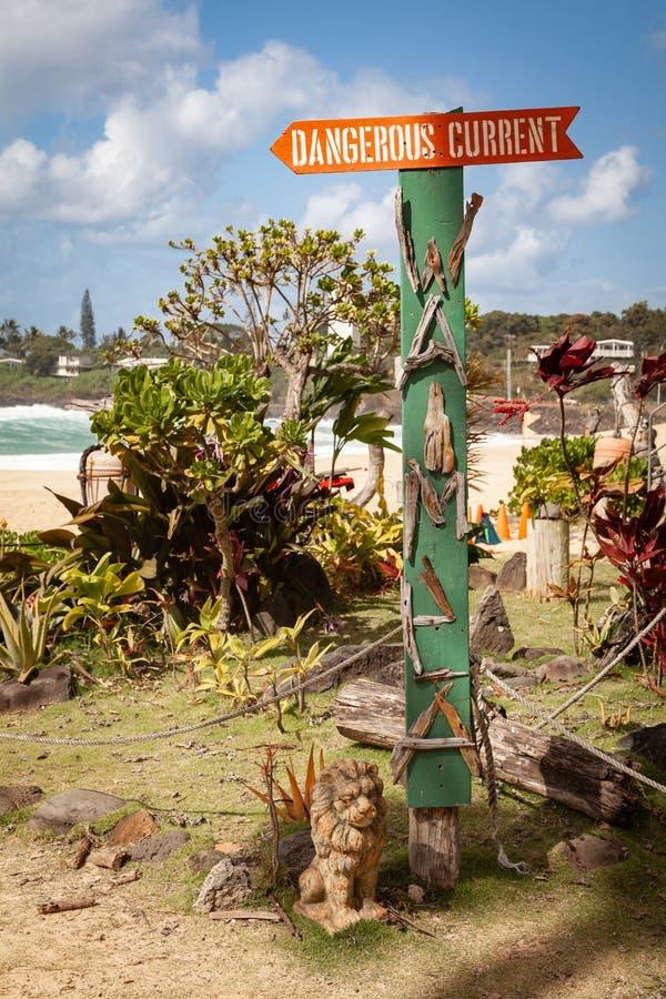 Sinal atual perigoso da madeira lançada à costa de Waimea fotos de stock