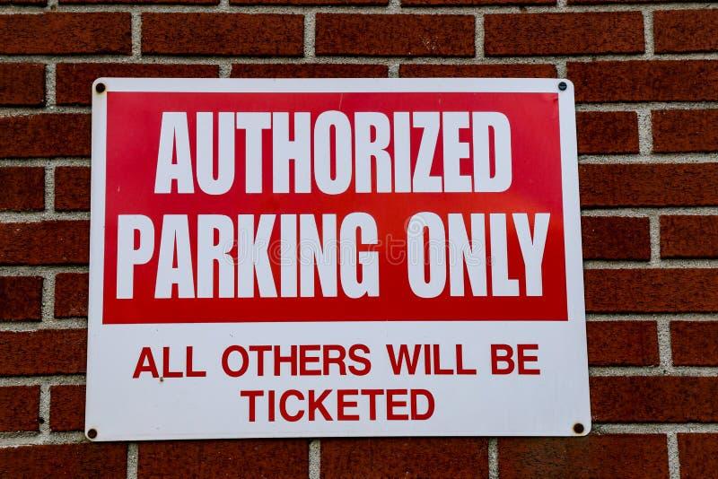 Sinal autorizado do estacionamento somente fotografia de stock royalty free