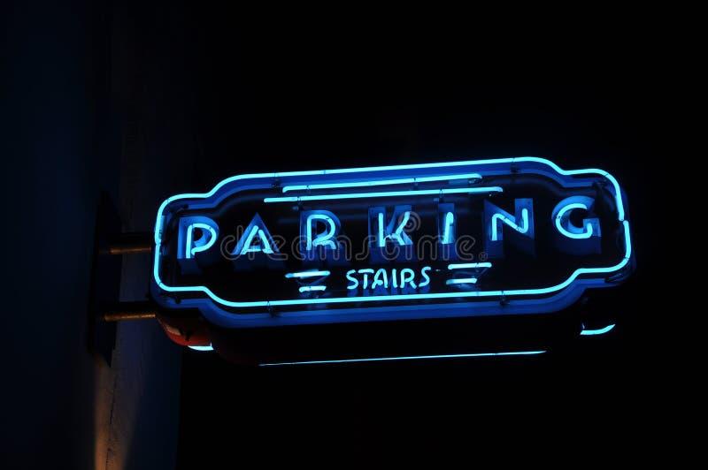 Sinal azul de néon do estacionamento foto de stock royalty free