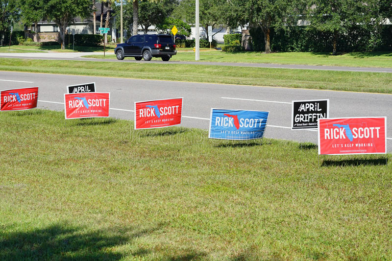 Sinal azul e vermelho do voto da eleição que vota para Rick Scott para o regulador de Florida fotografia de stock