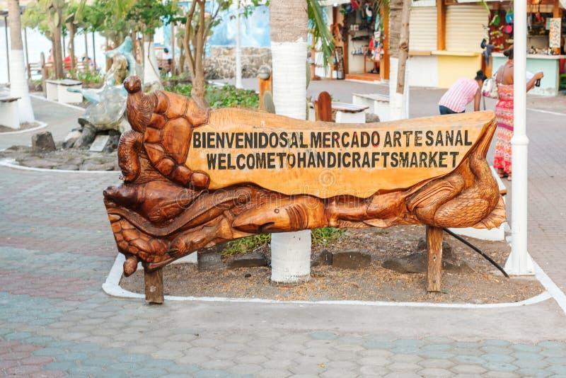 Sinal bem-vindo ao mercado do artesanato em Puerto Ayora em Galápagos imagem de stock