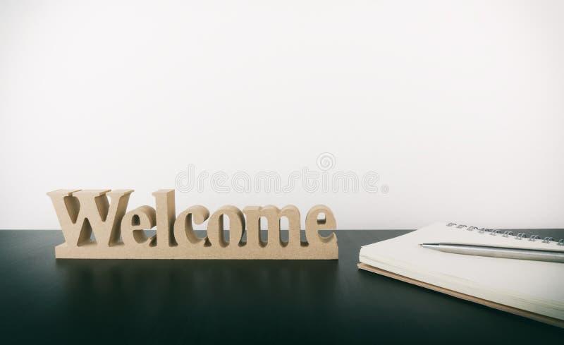 Sinal bem-vindo com o caderno para o pessoal novo do escritório foto de stock royalty free