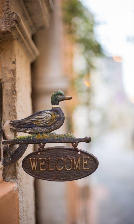 Sinal bem-vindo com pato foto de stock royalty free