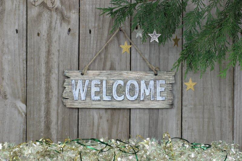 Sinal bem-vindo de madeira com beira da festão imagens de stock royalty free