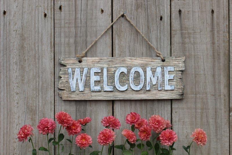 Sinal bem-vindo de madeira com beira do mum na cerca de madeira imagens de stock royalty free