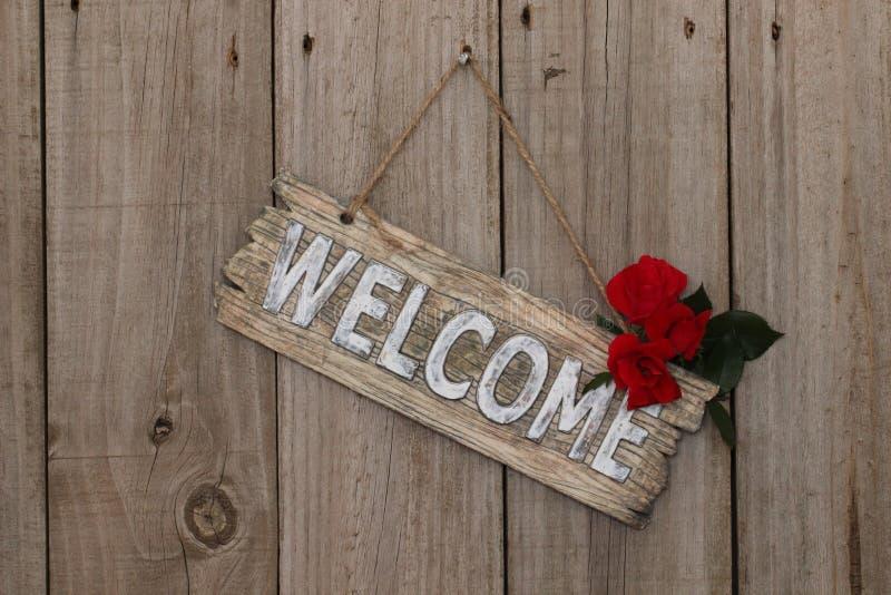 Sinal bem-vindo de madeira com rosas foto de stock
