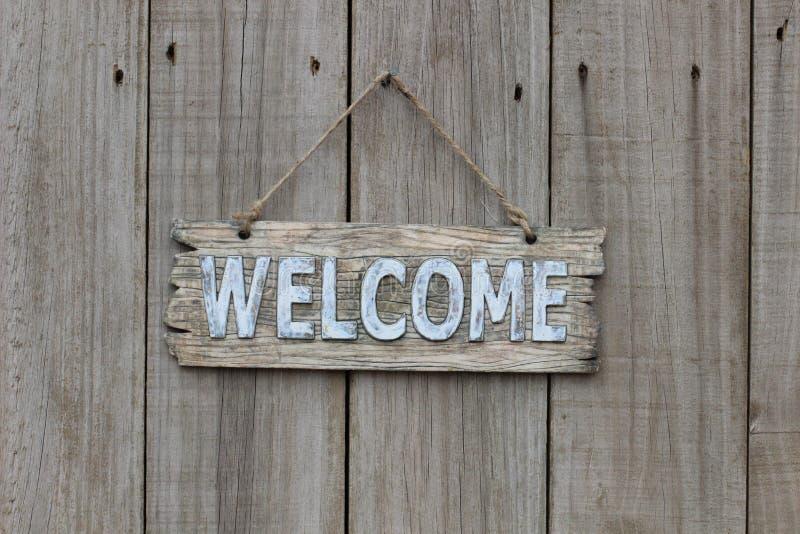 Sinal bem-vindo de madeira na cerca de madeira imagens de stock royalty free
