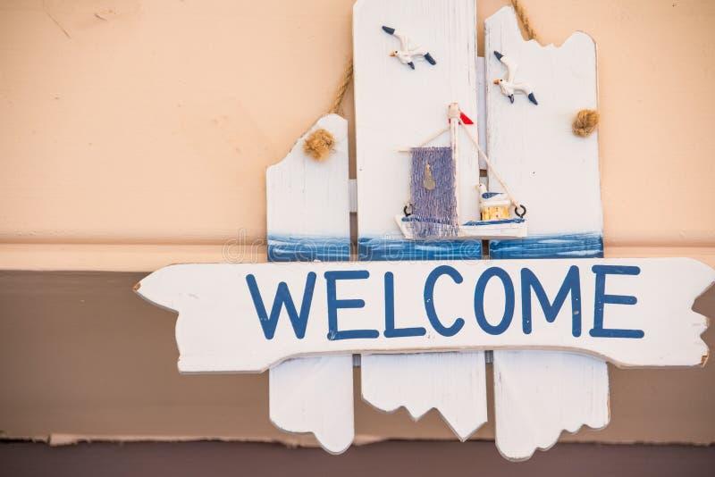 Sinal bem-vindo de madeira que pendura no fundo de madeira rústico Tema marinho Curso de Europa, tempo do feriado foto de stock royalty free