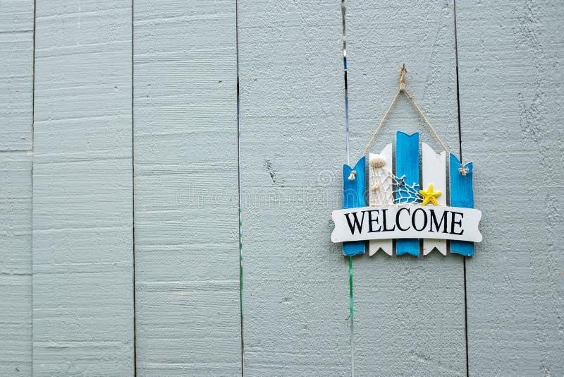 Sinal bem-vindo pintado azul e branco foto de stock