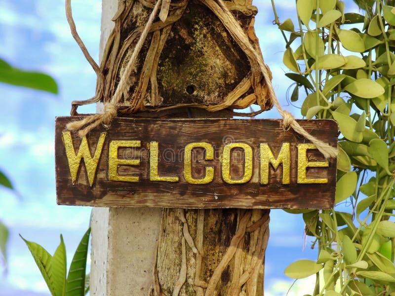 Sinal bem-vindo que pendura no jardim imagem de stock