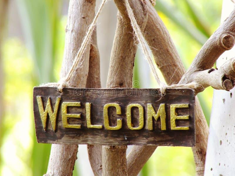 Sinal bem-vindo que pendura no jardim fotos de stock