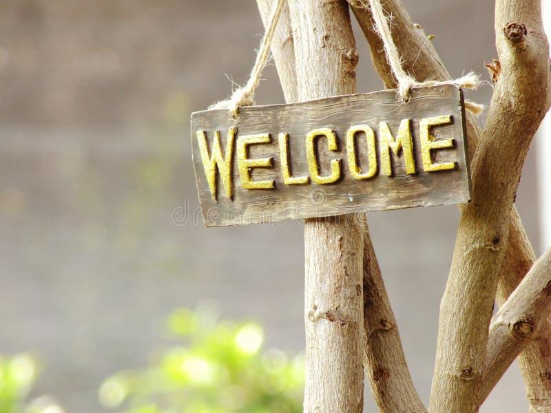 Sinal bem-vindo que pendura no jardim imagens de stock