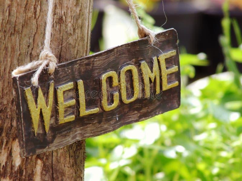 Sinal bem-vindo que pendura no jardim imagem de stock royalty free