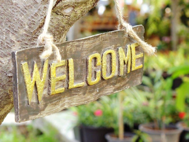Sinal bem-vindo que pendura no jardim imagens de stock royalty free