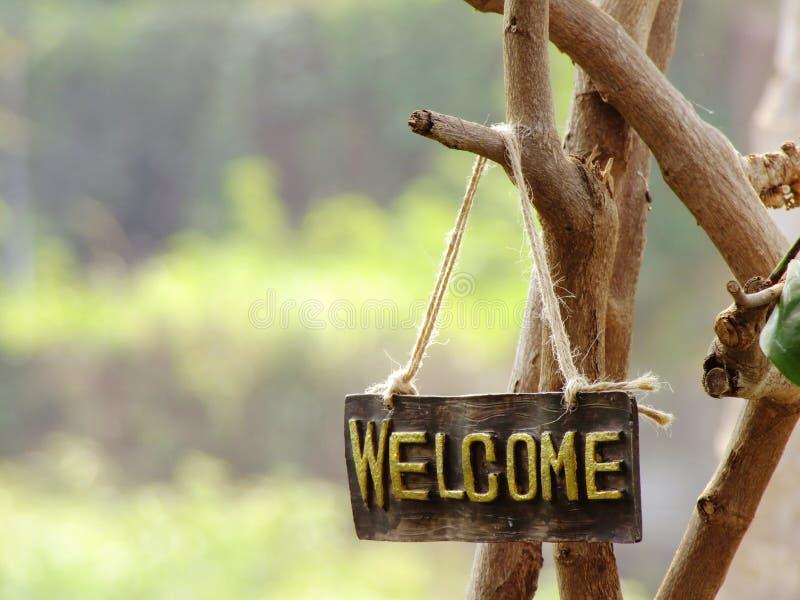 Sinal bem-vindo que pendura no jardim foto de stock