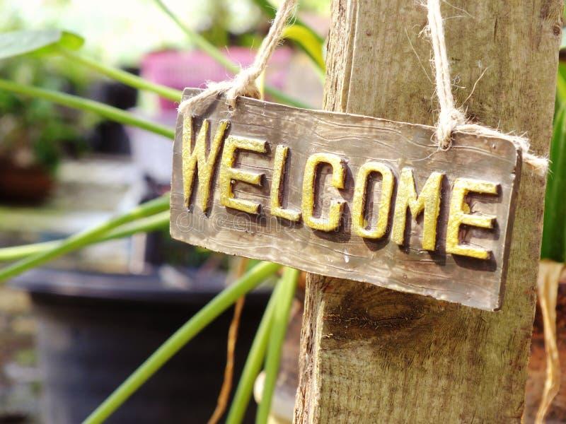 Sinal bem-vindo que pendura no jardim foto de stock royalty free