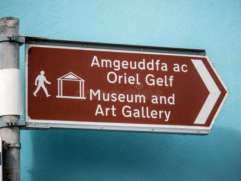 Sinal bilíngue que dá sentidos ao museu e à galeria de arte imagem de stock royalty free