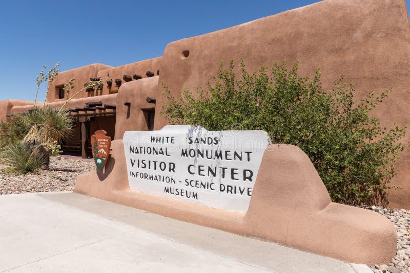 Sinal branco do centro do visitante do monumento nacional das areias foto de stock