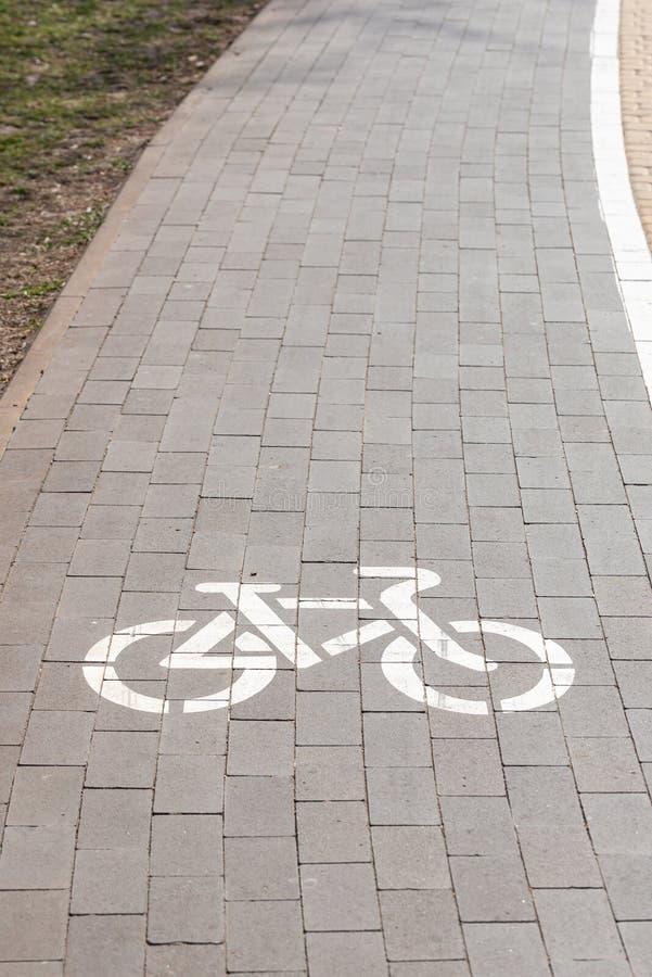 Sinal branco do trajeto da bicicleta fotografia de stock royalty free