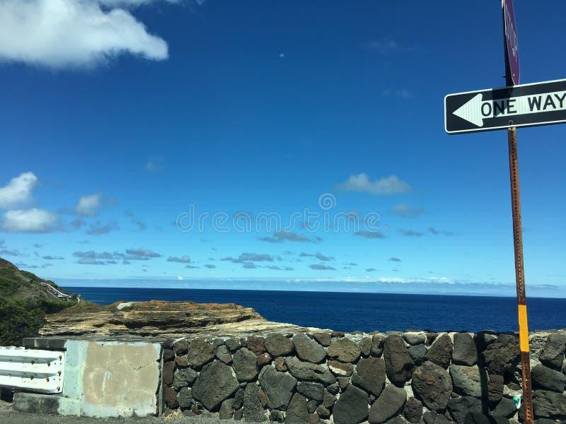Sinal cênico da maneira do ponto um de Havaí com rocha e o céu azul foto de stock