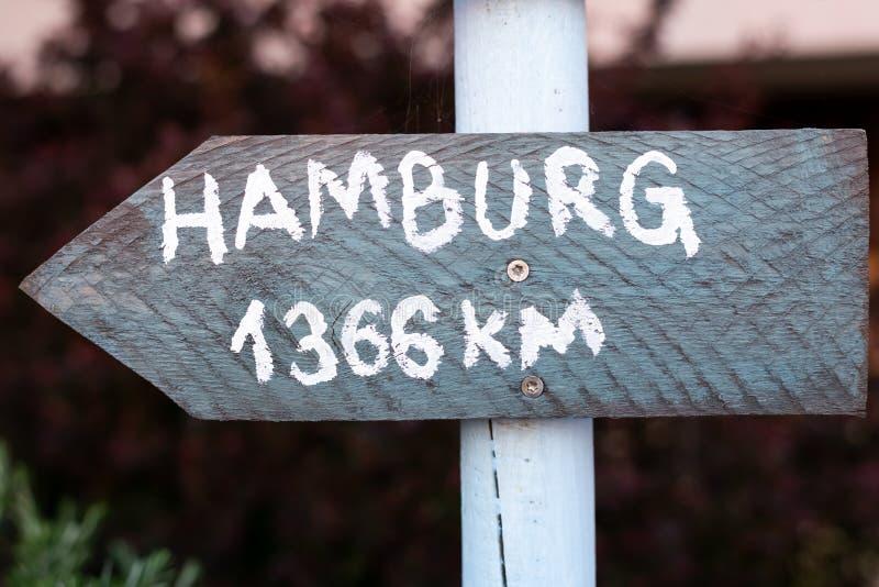 Sinal cinzento com fonte branca que pontos a Hamburgo imagem de stock royalty free