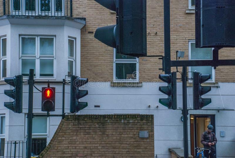 Sinal com luz vermelha contra com casas fotos de stock