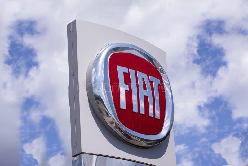 Sinal com o logotipo de automóveis de Fiat Fabbrica Italiana Automobili Torino, um tipo italiano do automóvel fotos de stock royalty free