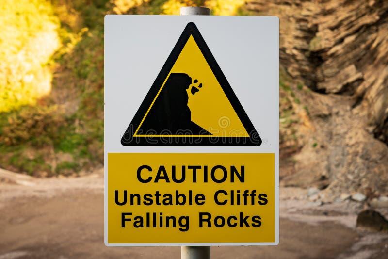 Sinal: Cuidado, rochas de queda dos penhascos instáveis imagens de stock royalty free