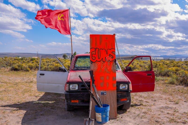 Sinal da atenção com um carro, as armas, as cubetas e a bandeira do exército vermelho imagem de stock royalty free