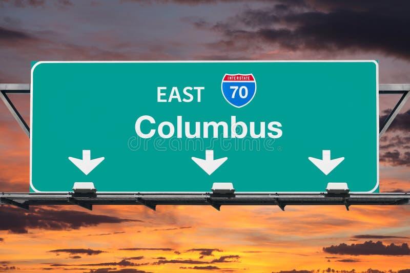 Sinal da autoestrada de Columbo 70 com céu do por do sol ilustração do vetor