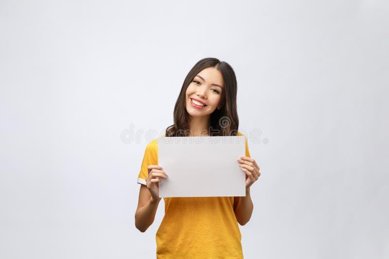 Sinal da bandeira da propaganda - apontar excitado mulher olhando a placa vazia vazia do sinal do papel do quadro de avisos Mulhe fotos de stock