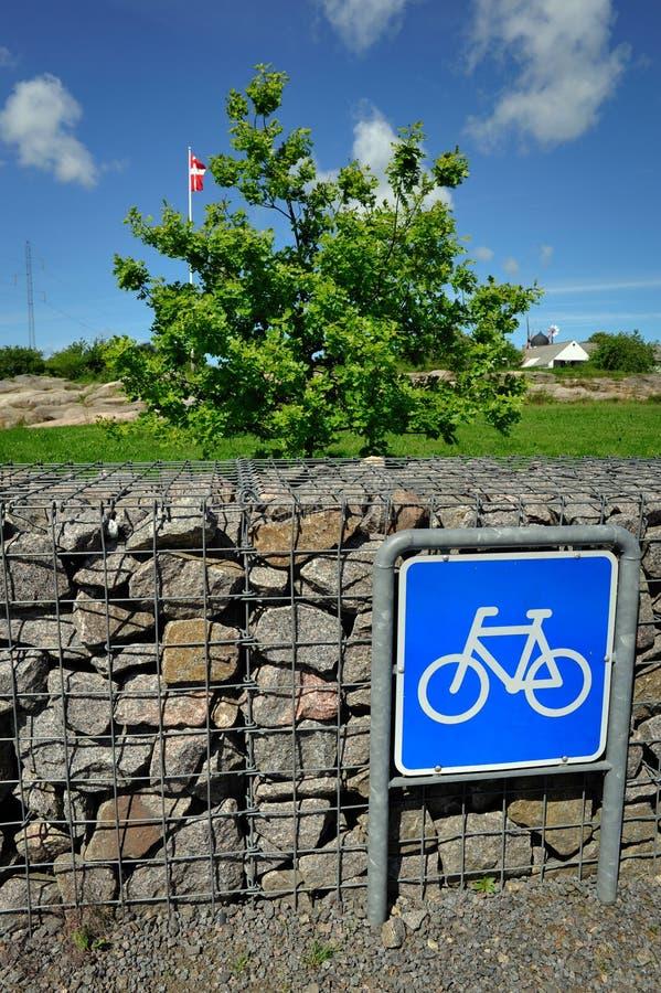 Sinal da bicicleta com bandeira dinamarquesa imagens de stock