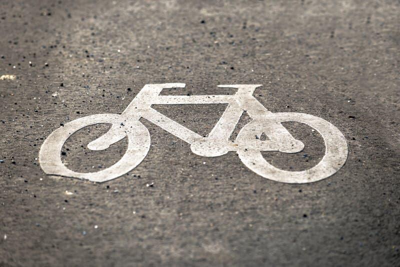 Sinal da bicicleta na estrada fotografia de stock royalty free