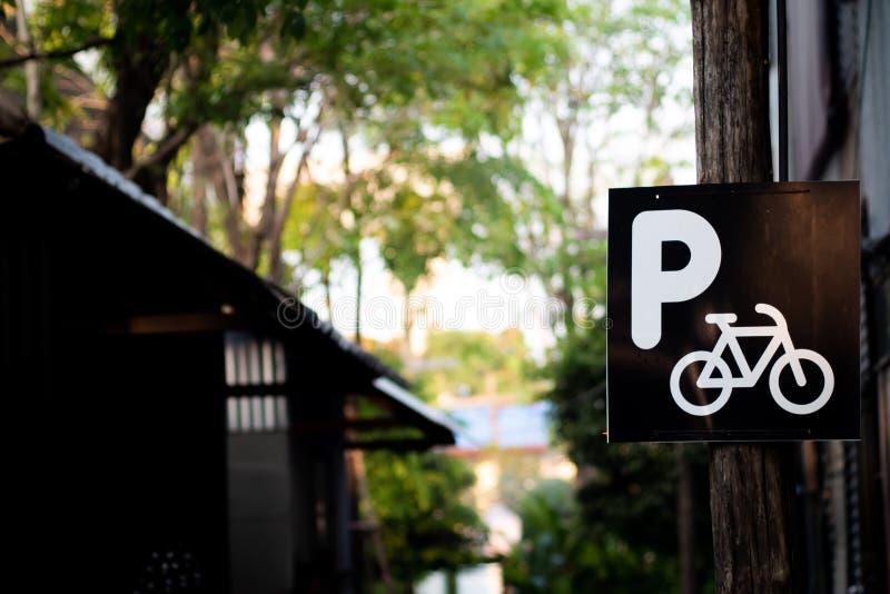 Sinal da bicicleta, pista de bicicleta no parque Fundo de estacionamento da ideia do conceito do eco da natureza da bicicleta fotos de stock royalty free