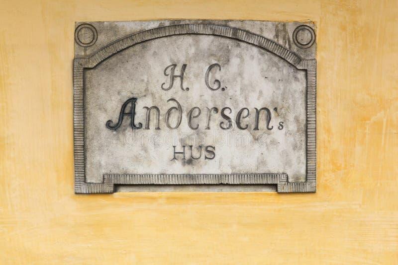 Sinal da casa e do lugar de nascimento do contador de histórias Hans Christian Andersen em Odense, Dinamarca imagem de stock