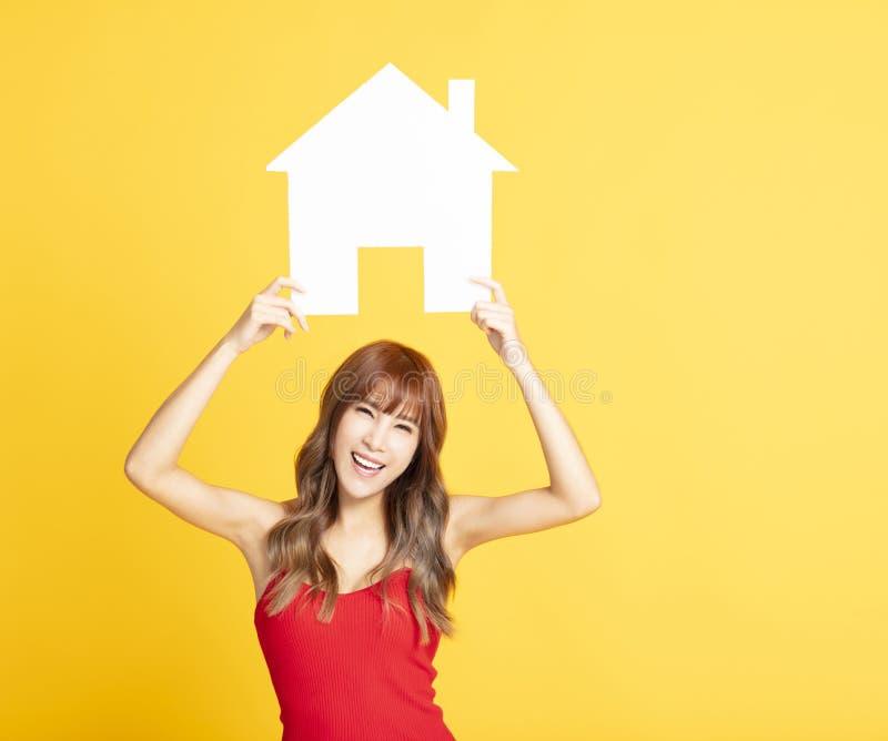 sinal da casa da exibição da mulher para conceitos novos da casa imagens de stock