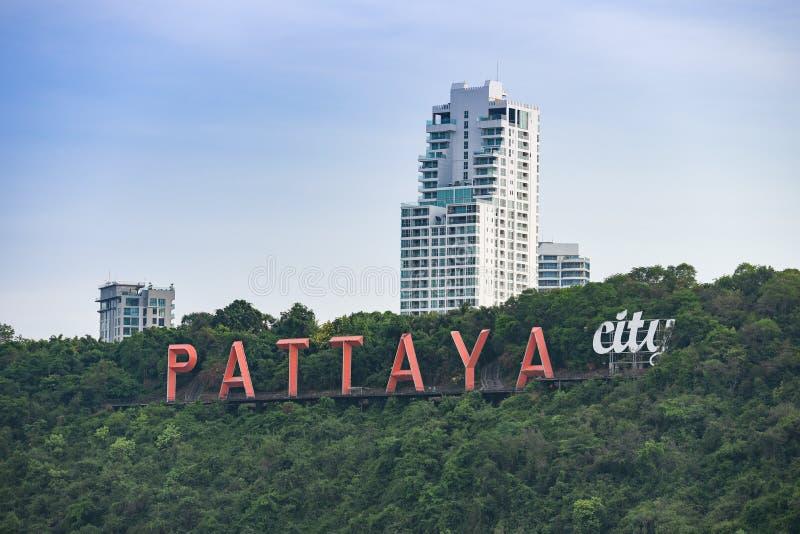 Sinal da cidade de Pattaya no monte perto da opinião aérea da praia de pattaya de Chonburi Tailândia fotografia de stock