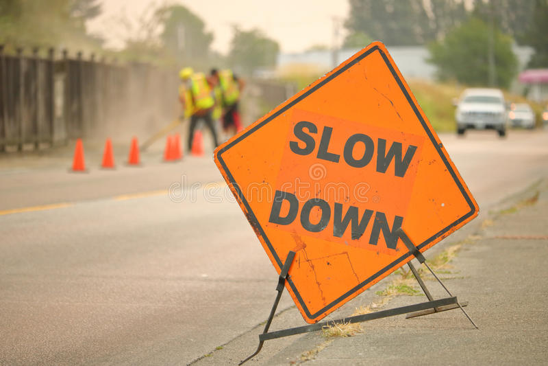 Sinal da construção do Slow Down fotografia de stock royalty free