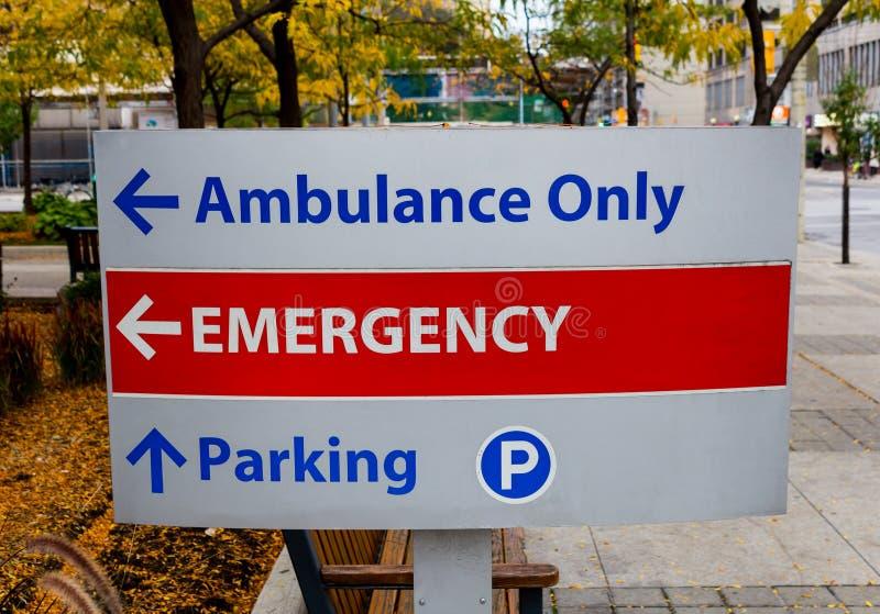 Sinal da emergência fora de um hospital imagem de stock