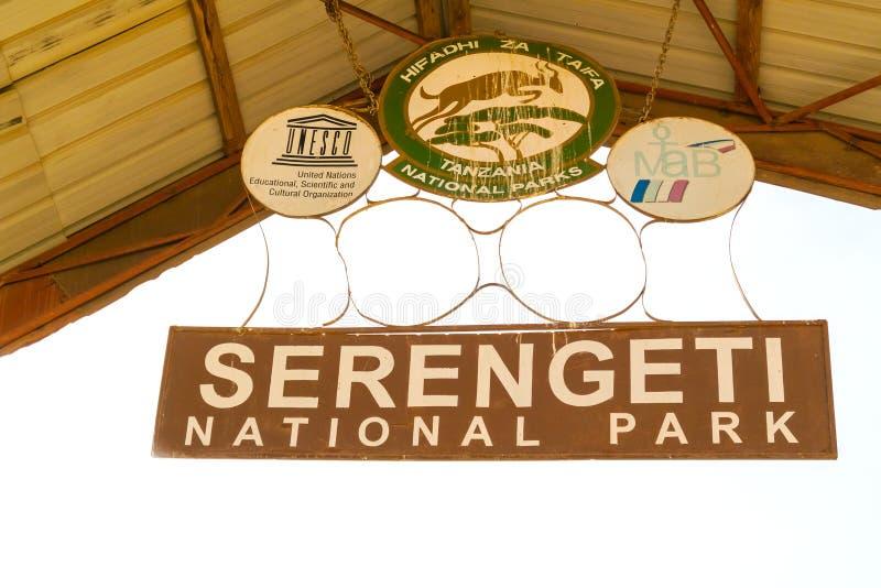 Sinal da entrada do parque nacional de Serengeti fotos de stock royalty free